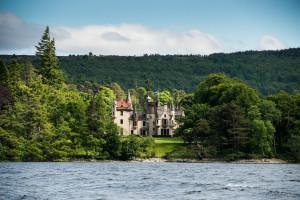 Aldourie Castle nr loch