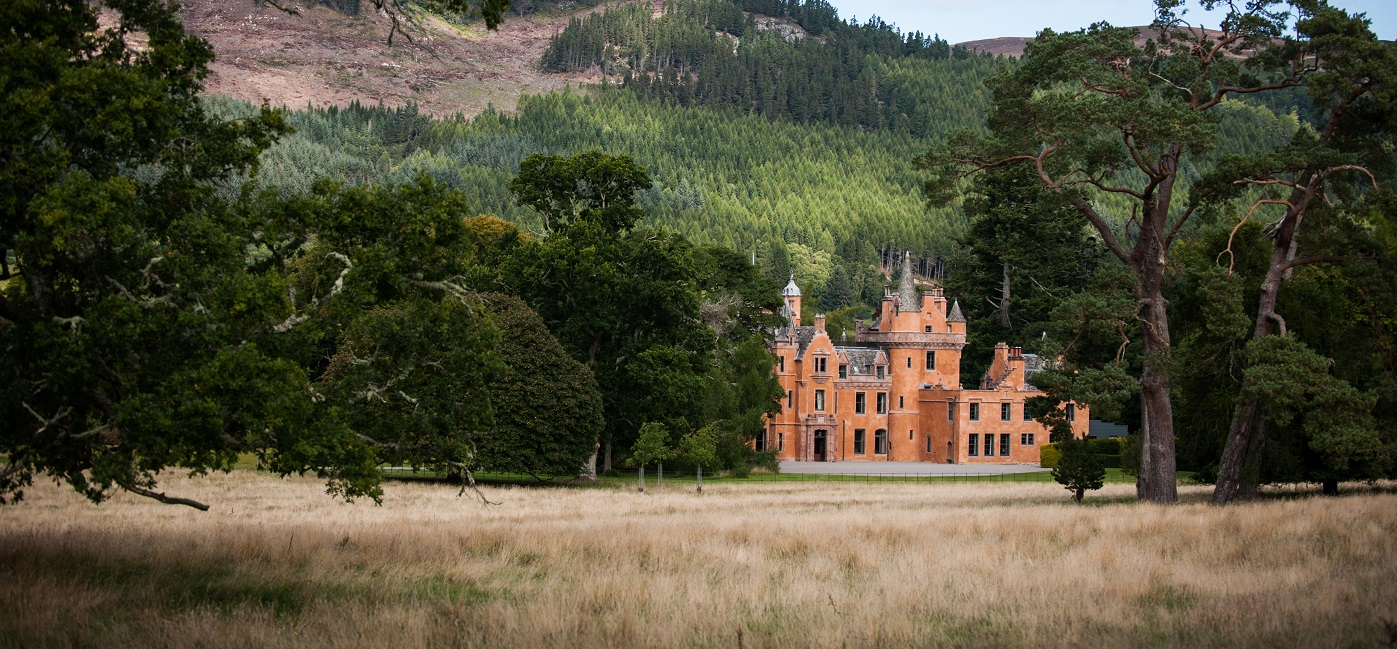 Aldourie-Castle-the-grounds2
