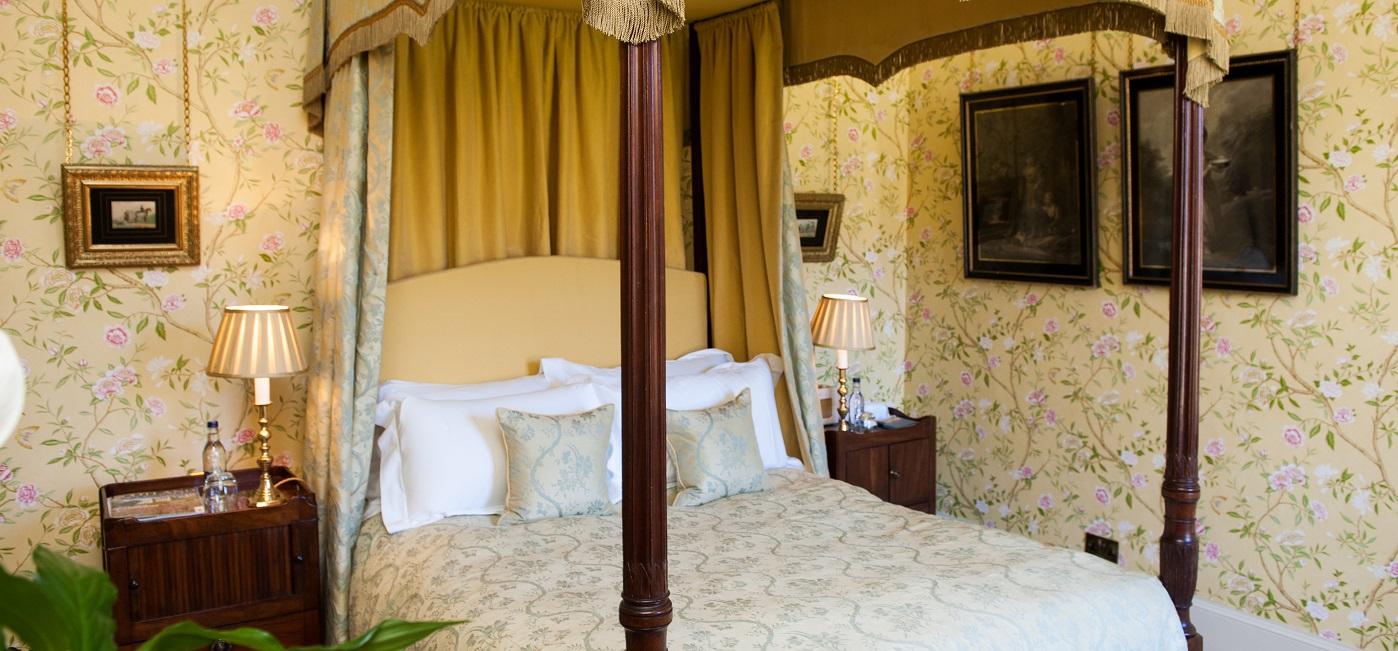 Loch-bedroom-Aldourie-Castle-Loch-Ness-006